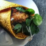 Wortelwrap met krokante kip en een Aziatische topping