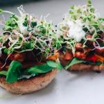 Gezond broodje shoarma met veel groente en zelfgemaakte knoflooksaus