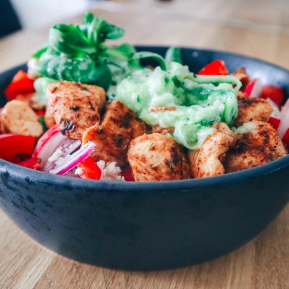 Gezonde Griekse salade met kip en radijsjes