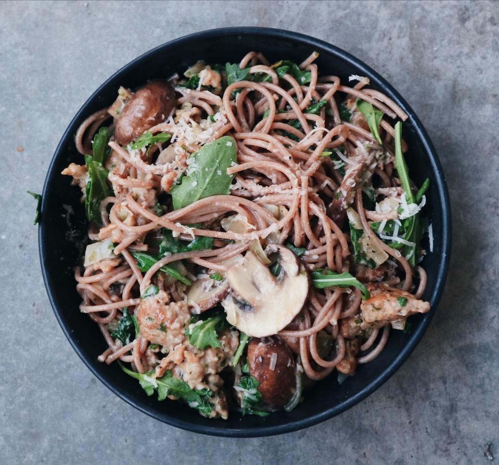 Tartufo pasta met kip, champignons en rucola