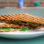 Gezonde tosti met kaas, spinazie en groene pesto