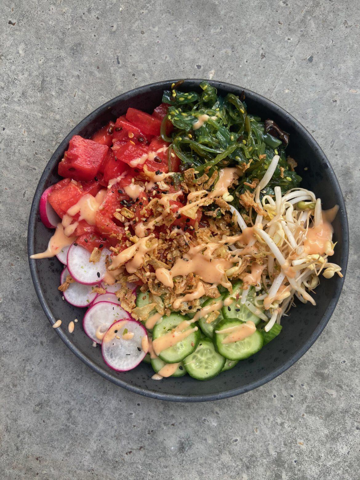 Zomerse foodbowl met watermeloen en wakame